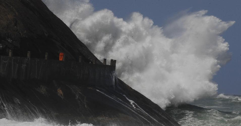 12.ago.2017 - Ressaca no Rio de Janeiro pode ter ondas de até 3,5 metros; Leme