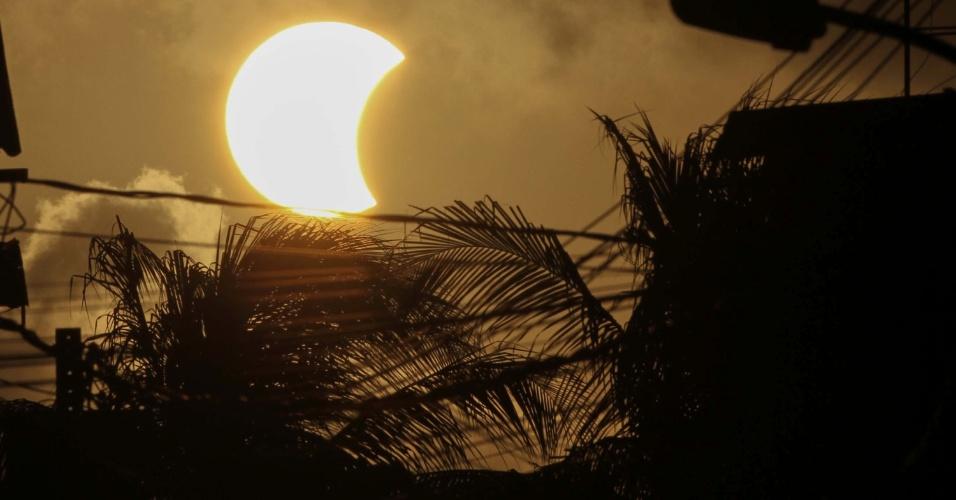 21.ago.2017 - Eclipse solar visto parcialmente da cidade de Recife (PE). Apenas as regiões Norte e Nordeste do Brasil conseguiram observar o fenômeno