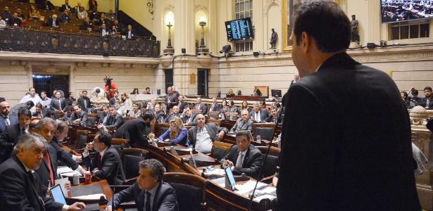 22.ago.2017 - Líder do governo na Câmara, Paulo Messina (de costas) discursa da tribuna do plenário durante a discussão e votação em primeiro turno do PL que muda as regras de cobrança do IPTU e do ITBI
