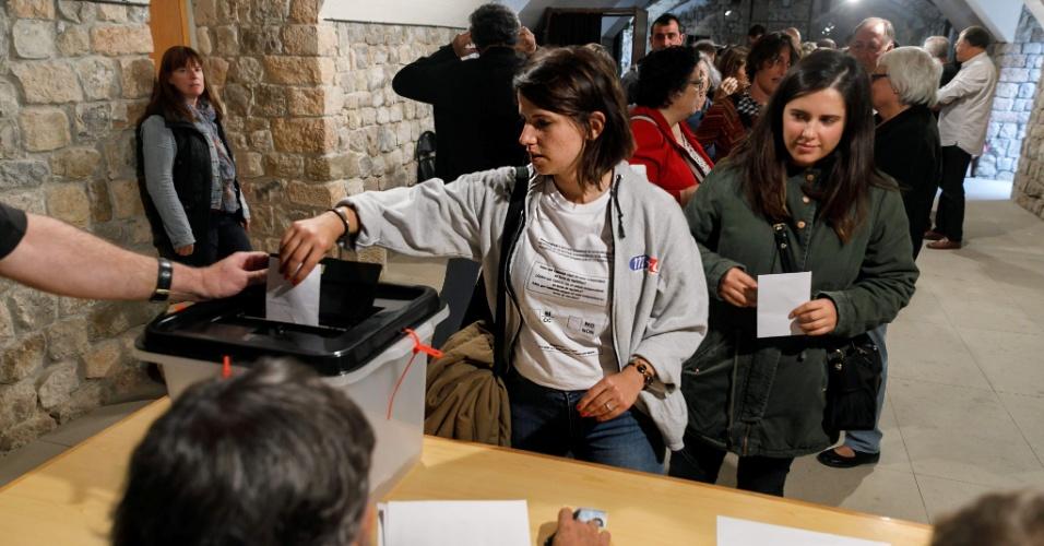 1º.out.2017 - Mulher deposita seu voto no município de Llado durante o referendo que vota a independência da Catalunha