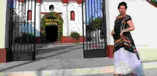 O muxe Biniza Carrillo passa em frente a uma igreja em Juchitan, em Oaxaca, no México; estima-se que existam 5 mil muxes na cidade de 75 mil habitantes - Patricia Castellanos/AFP
