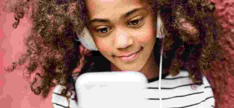 As meninas apresentaram níveis de felicidade inferiores aos garotos e, ao longo dos anos, elas também demonstraram maiores dificuldades emocionais e sociais do que eles - IStock