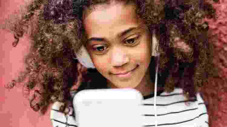 11.out.2017 - Crianças; criança; celular; aparelho; Android; iOS; iPhone; smartphone; restrição de idade; jovem; jovens; adolescentes - IStock - IStock