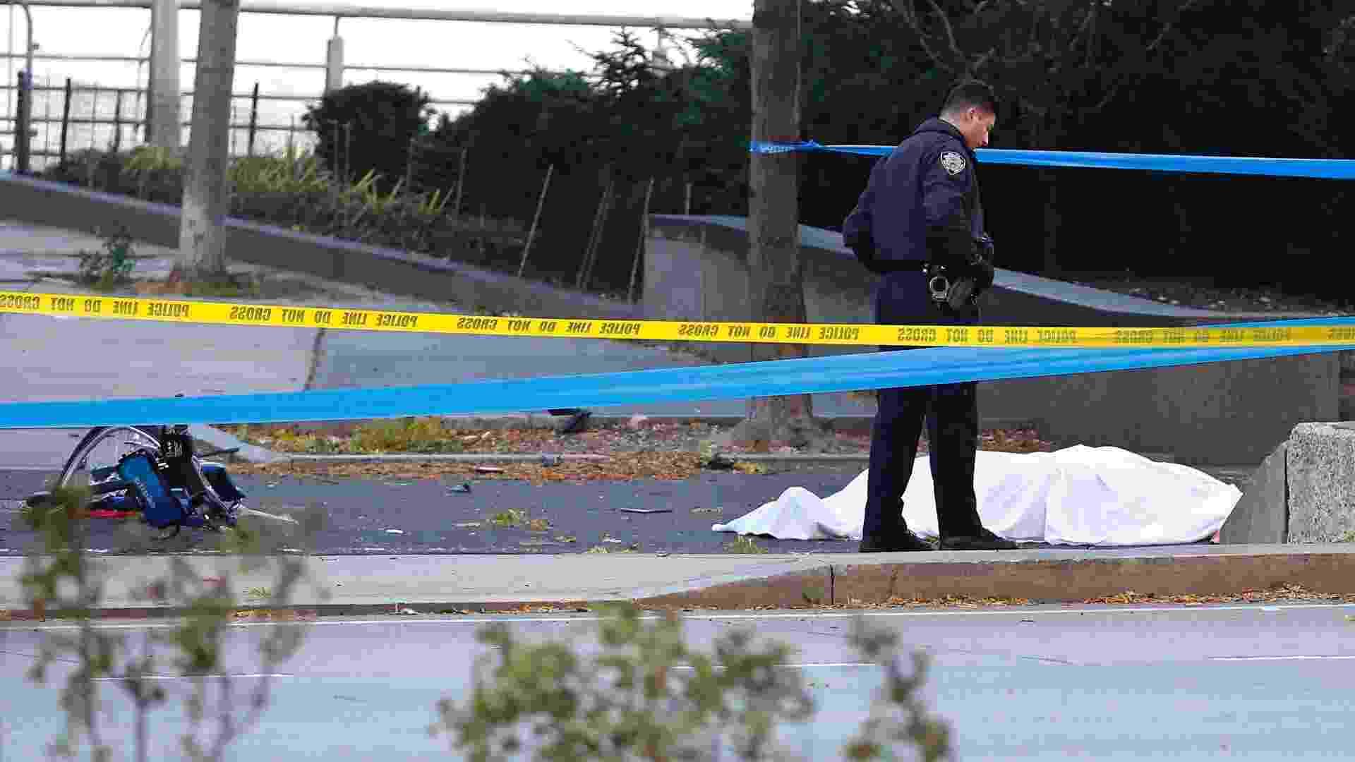 Policial perto de um corpo em área de ciclovia após atropelamento em Nova York - Bebeto Matthews/P Photo
