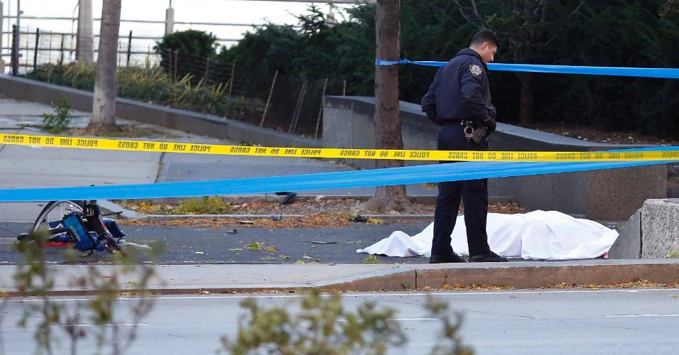 Policial perto de um corpo em área de ciclovia após atropelamento em Nova York
