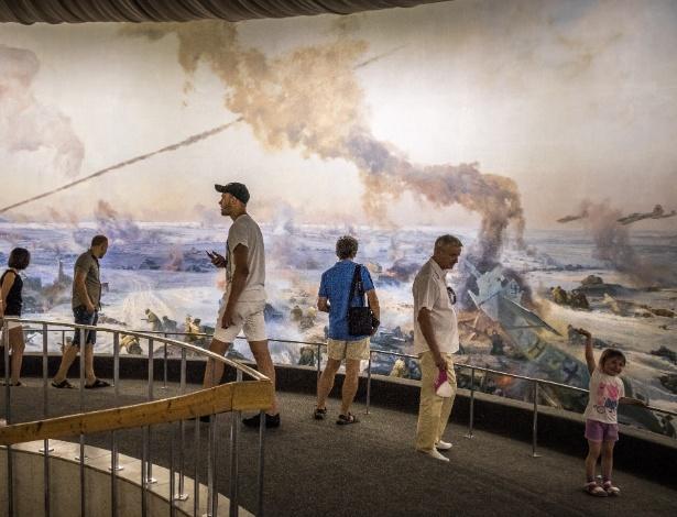 Turistas observam mural que retrata a balha de Stalingrado em memorial em Volgogrado, na Rússia