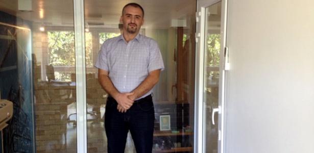 Mohammad Najjar recebe primeiro registro profissional de um refugiado no Brasil - Carolina Farias/ UOL