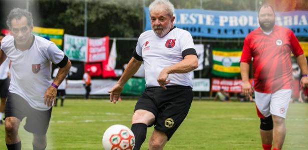 O ex-presidente Lula (centro) participa partida de futebol em Guararema (SP)