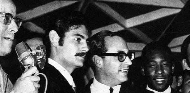 20.jul.1970 - O então prefeito Paulo Maluf (centro), ao lado de Rivelino (esq.) e Pelé, entrega automóveis Volkswagen aos jogadores