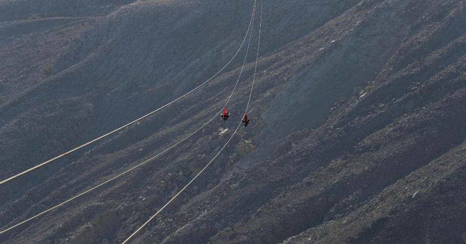 31.jan.2018 - Pessoas na maior tirolesa do mundo, construída na montanha Jabal Jais, em Ras al-Khaimah, Emirados Árabes