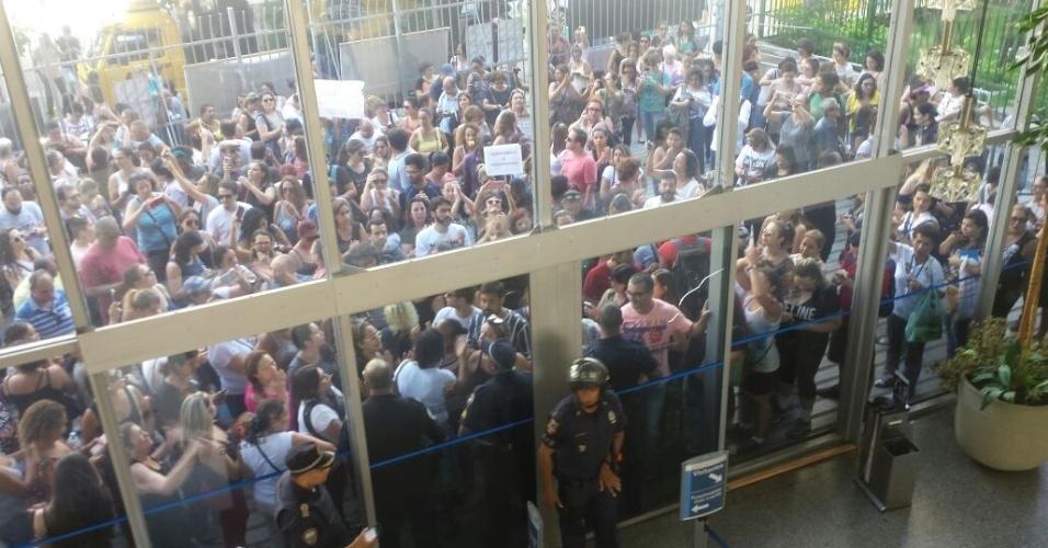 14.mar.2018 - Câmara de SP fecha acesso a professores durante votação sobre reforma da Previdência no Estado