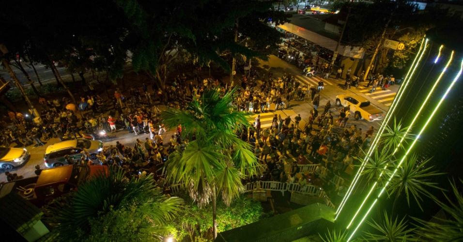 Multidão se concentra em frente a boate Bahamas onde seu dono, Oscar Maroni, prometeu dar cerveja grátis para o público no dia em que Lula for preso
