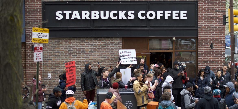 Manifestantes protestam após Starbucks chamar a polícia para prender dois clientes negros na Filadélfia, EUA - Mark Makela/Getty Images/AFP