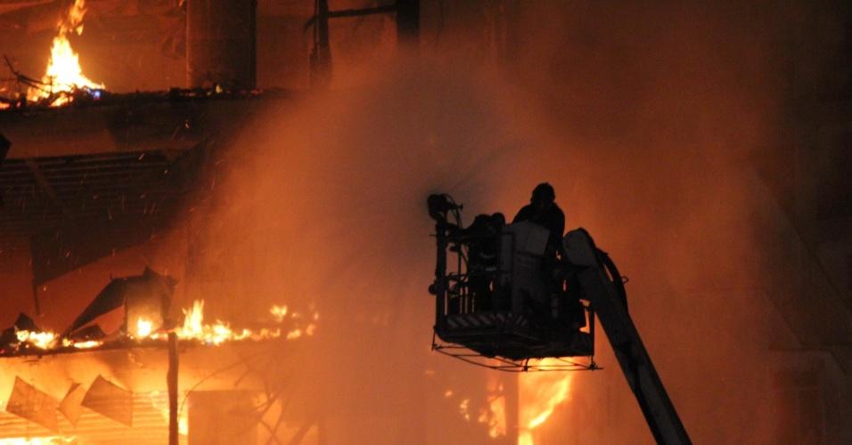 1º.mai.2018 - Bombeiros alçam escada na tentativa de controlar as chamas que consumiram o edifício Wilton Paes de Almeida, no centro de São Paulo