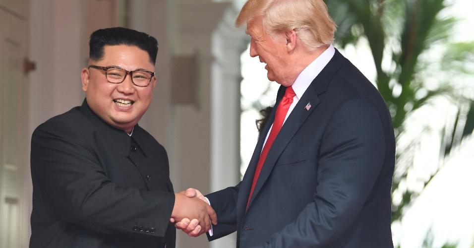 11.jun.2018 - O presidente dos EUA, Donald Trump, dá as mãos ao líder da Coreia do Norte, Kim Jong-un, durante a cúpula histórica realizada no Hotel Capella, na ilha de Sentosa, em Singapura