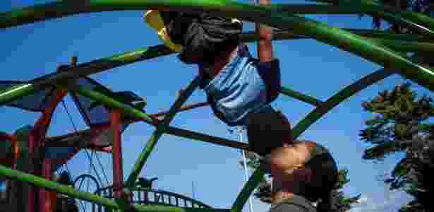 19.jul.2018 - Thiago, 5, brinca com a mãe, Ana Carolina, em um parque na Filadélfia - Todd Heisler/The New York Times