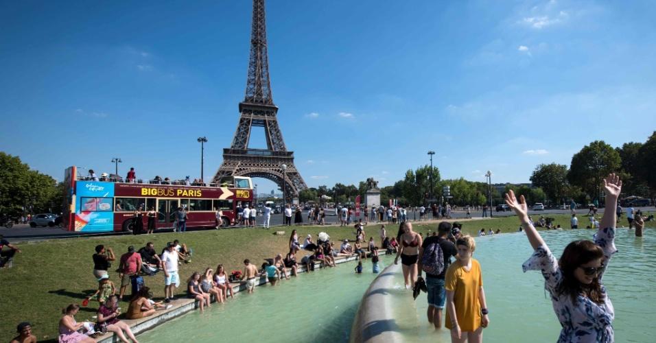 2.ago.2018 - Pessoas se refrescam em Paris,