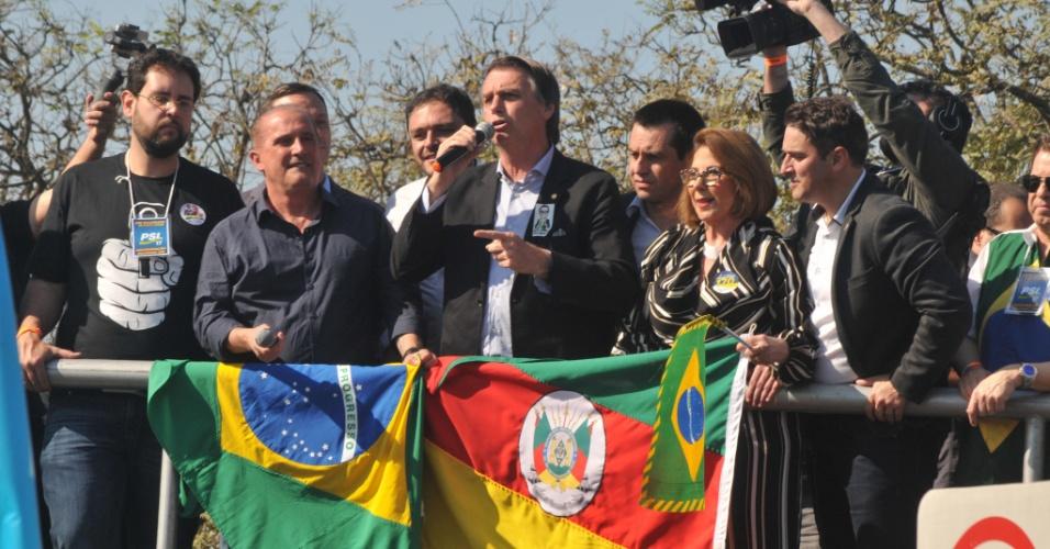 29.ago.2018 - O candidato do PSL à Presidência, Jair Bolsonaro, ao lado do deputado Onyx Lorenzoni (DEM-RS), durante  campanha no RS. Ele visitou a Expointer 2018, na cidade de Esteio