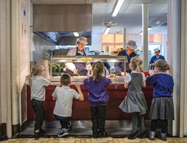 Alunos fazem fila para almoçar na Escola Primária da Morecambe Bay, em Morecambe, na Inglaterra - Laura Boushnak/The New York Times