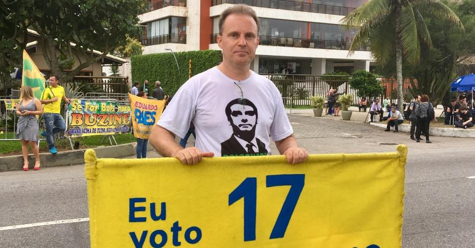 27.out.2018 - O médico Glênio Ritter, morador do Rio de Janeiro, faz campanha para Jair Bolsonaro (PSL) na porta do condomínio onde o candidato a presidente mora com a família, na Barra da Tijuca, na zona oeste do Rio