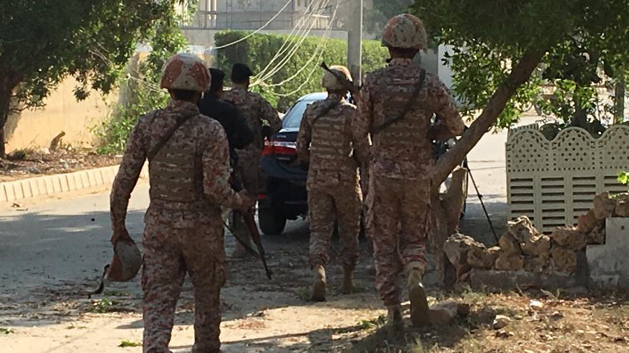 Homens das forças de segurança nas proximidades do consulado chinês em Karachi após o ataque na manhã desta sexta-feira (23) - Akhtar Soomro/Reuters