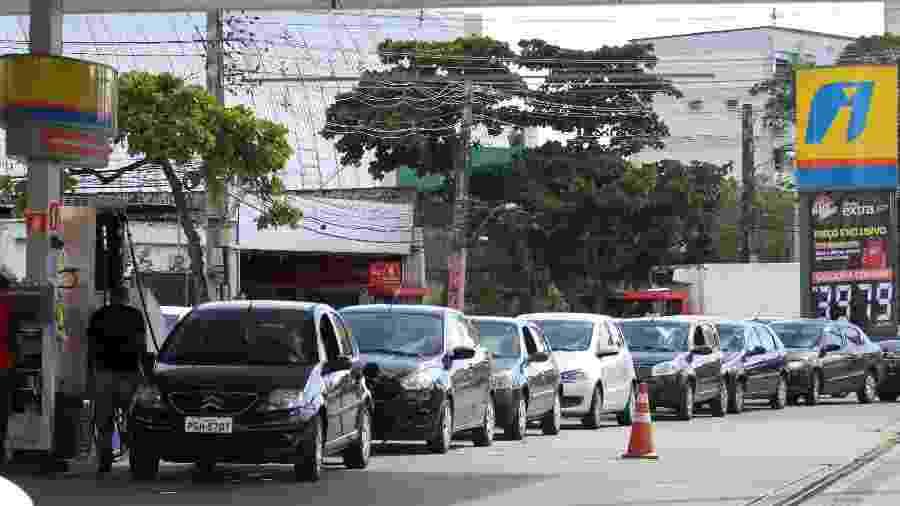 Movimentação de veículos para abastecer no posto do Extra no Recife (PE), nesta sexta-feira (23) - Marlon Costa/Futura Press/Estadão Conteúdo