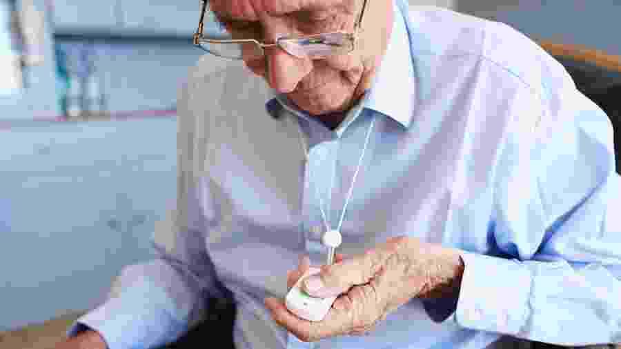Botões de emergência são alguns dos novos acessórios tecnológicos para garantir a autonomia e a segurança de idosos que moram sozinhos - Getty Images