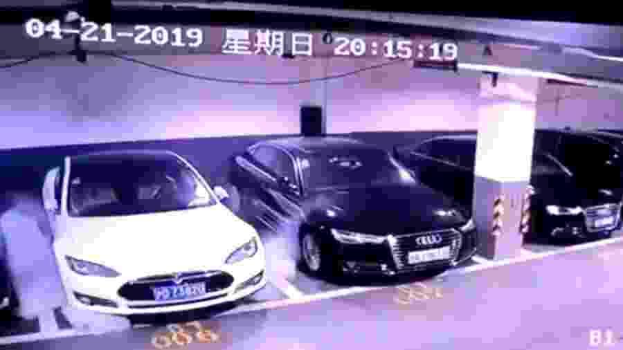 Carro da Tesla explode em estacionamento na China - Reprodução