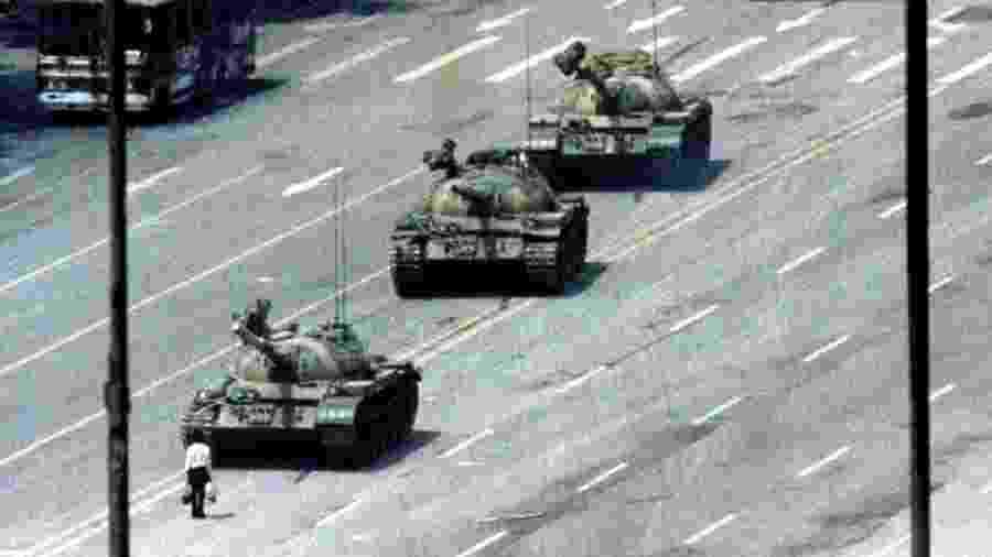 """A imagem do """"homem do tanque"""", também conhecido como """"rebelde desconhecido"""", virou ícone do massacre na Praça da Paz Celestial em 1989 - Reuters"""