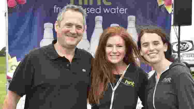 Ao centro, Kara está acompanhada pelo marido, Theo, e a filha Emma - Getty Images - Getty Images