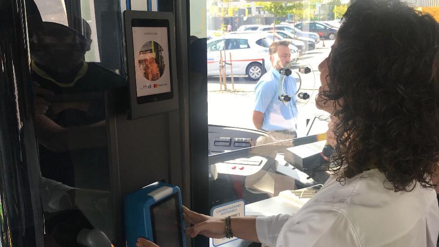 A princípio, só 100 pessoas poderão usar reconhecimento facial nos ônibus de Madri - Divulgação/EMT Madrid