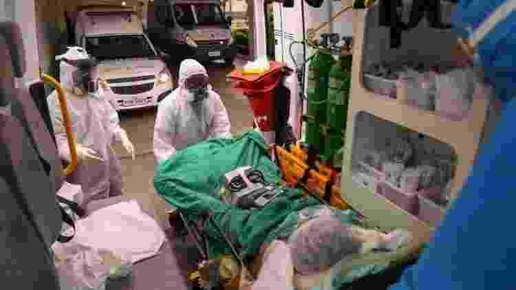 Samu chega com um paciente com suspeita de covid-19 a hospital de Manaus - AFP - AFP
