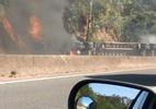 Carreta tomba, pega fogo e interdita pista na Fernão Dias, em Atibaia (SP)