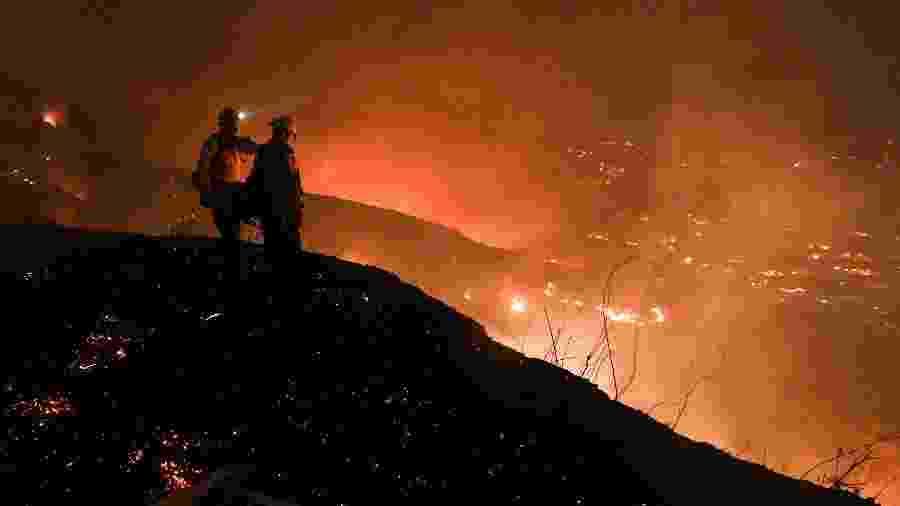 Bombeiros combatem incêndio florestal em Yorba Linda, na Califórnia - Robyn Beck/AFP