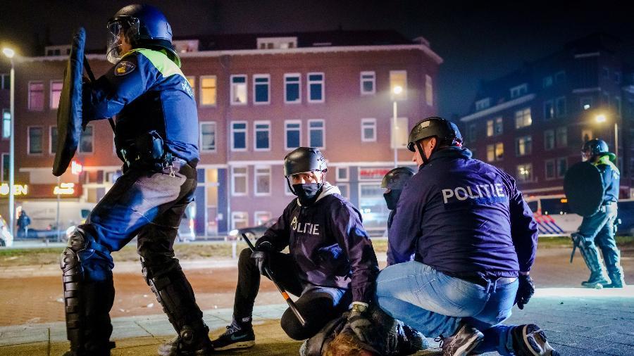 Protestos contra toque de recolher termiam com 184 detidos na Holanda - Marco de Swart/ANP/AFP