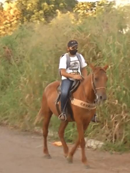 """Lorran montado na égua que ele diz ser sua """"companheira"""" - Reprodução/TV Anhanguera"""