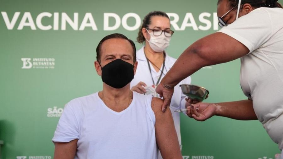 O governador de São Paulo, João Doria (PSDB), toma a segunda dose da vacina contra a covid-19 em São Paulo - Divulgação/Governo do Estado de São Paulo