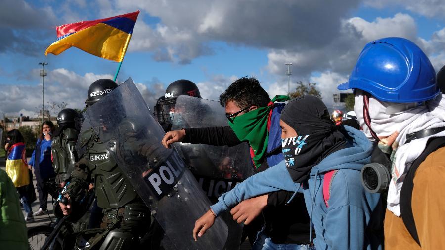 Polícia da Colômbia é questionada por excessos na repressão dos protestos contra o governo de Iván Duque - Santiago Mesa/Reuters