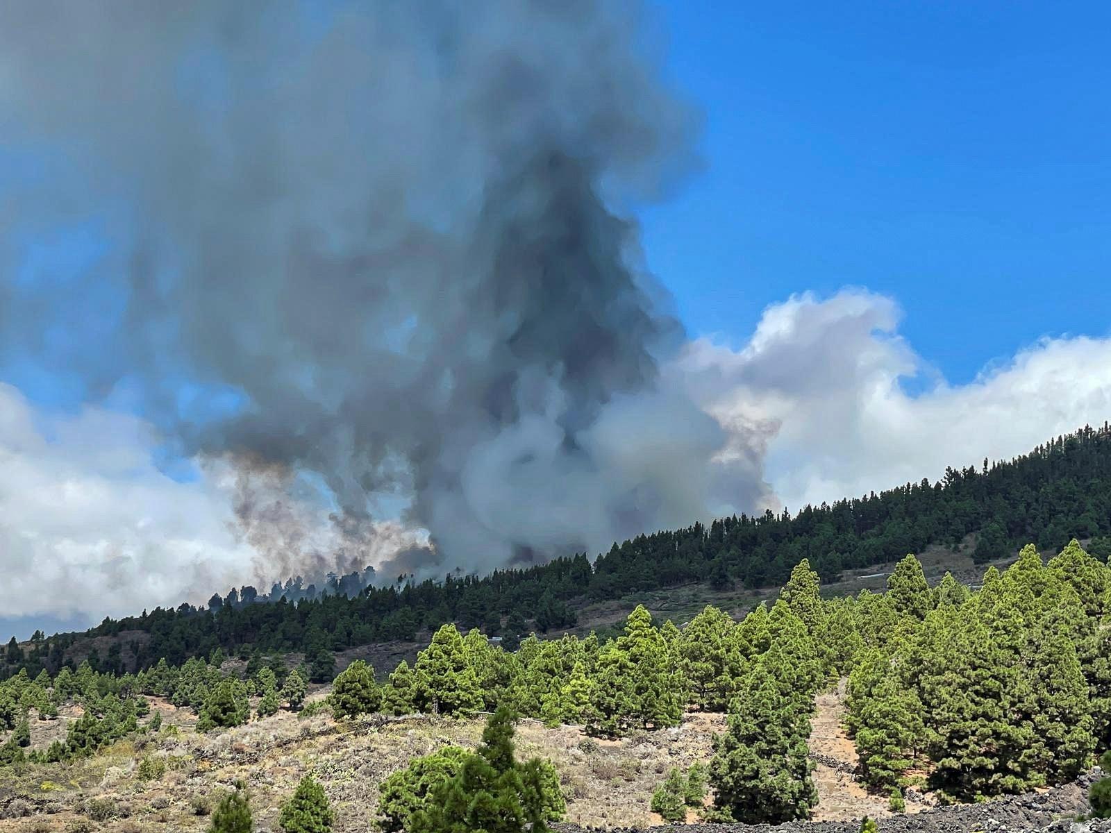 Vulcão de Cumbre Vieja em La Palma (Ilhas Canárias) entra em erupção