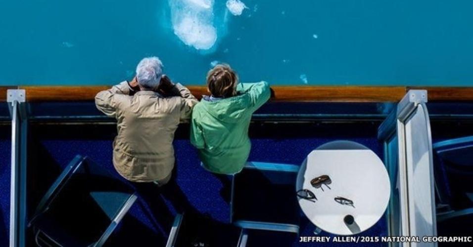 7.out.2015 - Dois passageiros de um cruzeiro aproveitam a vista no Glacier Bay National Park, no Alasca, nessa foto de Jeffrey Allen. O concurso do National Geographic vai até 16 de novembro de 2015
