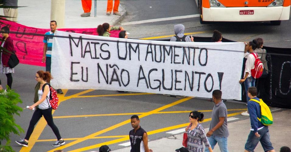 18.jan.2016 - 18.jan.2016 - Manifestantes protestam contra o aumento da tarifa de ônibus em São Paulo. Eles bloquearam a passagem de ônibus no terminal Parque Dom Pedro 2º, na região central da cidade. O MPL (Movimento Passe Livre) fez convocação para novo ato, que será realizado na avenida Faria Lima com a avenida Rebouças, nesta terça (19). O preço da passagem de ônibus e metrô foi de R$ 3,50 para R$ 3,80