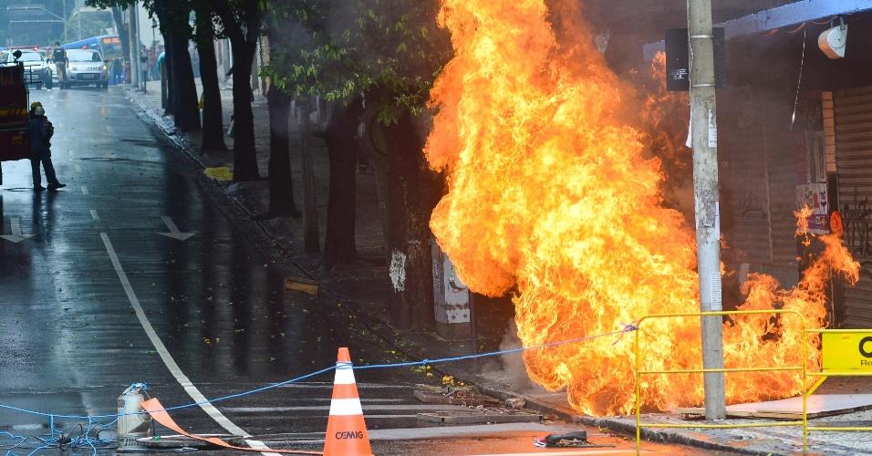 18.jan.2016 - Um transformador da Cemig (Companhia Energética de Minas Gerais) pegou fogo no centro de Belo Horizonte. Os bombeiros foram chamados e o trânsito foi interrompido entre as ruas Tamoios e Bahia. Parte do centro da capital mineira ficou sem energia durante o período da manhã
