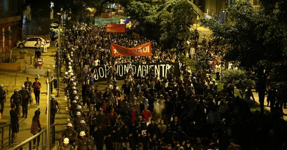 19.jan.2016 - Ato contra o aumento da tarifa que ia em direção à prefeitura interditou a avenida 9 de julho, na região central de São Paulo