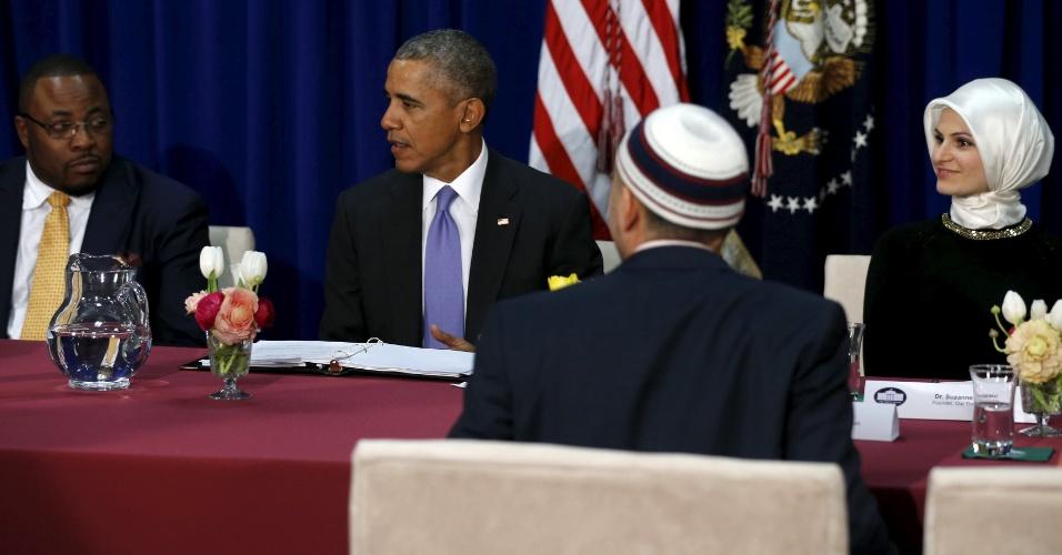 3.fev.2016 - O presidente dos EUA, Barack Obama, conversa com representantes da comunidade muçulmana em uma mesquita em Baltimores, Maryland. É a primeira vez que ele visita uma mesquita como presidente