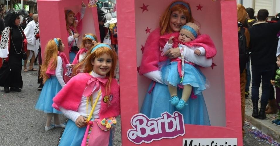 LISBOA, PORTUGAL - Foliãs desfilam fantasiadas de bonecas no Carnaval de Torres Vedras, cerca de 50 quilômetros ao norte de Lisboa, em Portugal. O carnaval atraiu mais de 350 mil visitantes