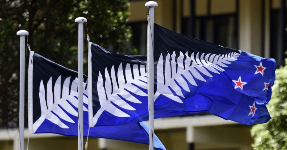 16.fev.2016 - Bandeira proposta como alternativa à atual é exibida em hotel de Wellington, capital da Nova Zelândia. O país abrirá em março consulta pública a seus cidadãos para decidir se o modelo substituirá a bandeira atual, que contém referência ao passado colonial do país por incluir o emblema do Reino Unido