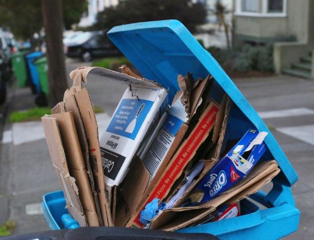 Embalagens enchem latas de lixo reciclável em San Francisco, nos EUA