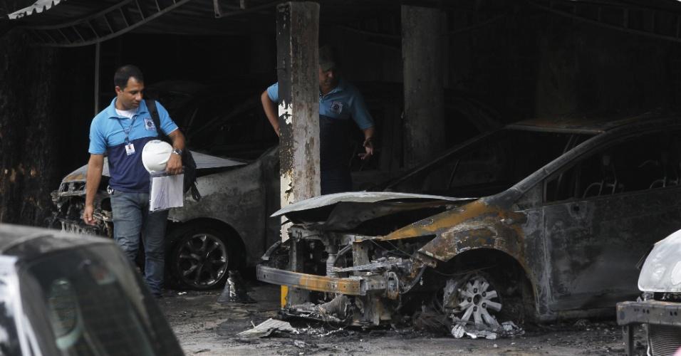 12.mar-2016 - Agentes da Defesa Civil vistoriam o que sobrou de um estacionamento atingido por um incêndio no bairro do Flamengo, zona sul do Rio de Janeiro (RJ), neste sábado (12). As chamas destruíram 12 carros e chegaram a atingir prédios vizinhos