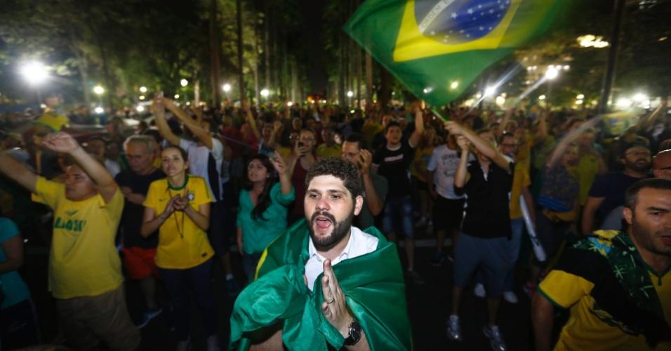 16.mar.2016 - Manifestantes se aglomeram e protestam em frente o Palácio da Liberdade, em Belo Horizonte, Minas Gerais, contra a nomeação do ex-presidente Luiz Inácio Lula da Silva como ministro da Casa Civil e pedem e a renúncia da presidente Dilma Rousseff