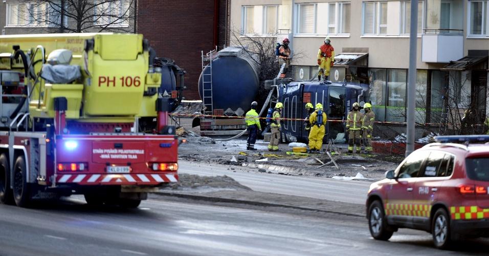 17.mar.2016 - Equipe de resgate trabalha nos arredores de área evacuada de Lahti (Finlândia) após acidente com uma carreta que carregava ácido sulfúrico. O veículo levava 40 toneladas do material, extremamente tóxico e perigoso, quando se chocou contra um edifício residencial
